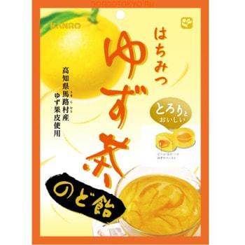 Kanro Леденцы от боли в горле, с сочной начинкой из мёда и сока юзу, 80 г.Кондитерские изделия<br>Леденцы с освежающим цитрусовым вкусом скрывают внутри сочную начинку из натурального меда и сока японского лимона ; юзу.  Юзу богат витамином С, который укрепляет иммунитет, в нем много витамина РР и калия, укрепляющих стенки сосудов.  Экстракт кожуры юзу содержит все виды сахаров, клетчатку, лимонную кислоту и эфирные масла.  Леденцы облегчают боль в горле и могут быть использованы для профилактики простудных заболеваний.  Состав: сахар, сироп, крахмальный сироп, пюре из юзу (юзу, сахар, мед), экстракт цитрусовый кожуры (префектура Коти), подсластители (ксилит, ацесульфам-K, сукралоза), подкислитель, ароматизатор, краситель (сафлор), загуститель (ксантановая камедь).  Может содержать следы сырых соевых бобов.   Пищевая ценность 1 конфеты (3,2 г): энергия: 11,6 ккал / белок: 0 г / жиры: 0 г / углеводы: 3,08 г / натрия: 0,7 мг<br>