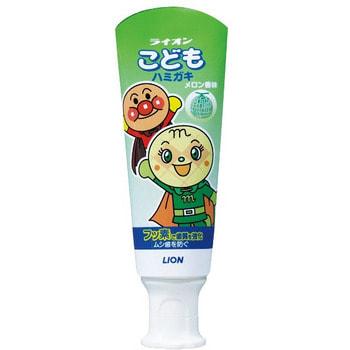 LION Детская зубная паста слабообразивная, со вкусом дыни, 40 гр.Зубные пасты<br>Детская зубная паста LION укрепляет зубную эмаль, предотвращает возникновение и развитие кариеса у детей, а также прекрасно освежает полость рта. -Фторид натрия ускоряет процесс кальцифицирования поверхности зубов, обеспечивая надежную защиту от кариеса.  -Фтор способствует укреплению зубной эмали, насыщает ткани детских молочных и коренных зубов минеральными веществами, а также позволяет зубкам малышей долго оставаться чистыми.  -Низкая абразивность делает пасту безопасной для детских зубов.  -Обладает приятным и мягким вкусом дыни.      Состав: сорбитол, пропиленгликоль (увлажнители), кремниевый ангидрид А (очищающий/ полирующий компонент), полиакрилат натрия, кремниевый ангидрид (регуляторы вязкости), натрий карбоксиметилцеллюлоза (загуститель), отдушка дыня, сахарин натрия (ароматизатор), лаурилсульфат натрия (пенообразующий компонент),оксид титана (стабилизатор), фторид натрия (активный лечебный компонент), хлорид бензалкония (консервант).<br>
