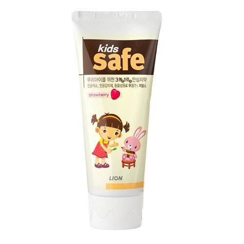 CJ LION Kids Safe Зубная паста детская Клубника (от 3-х до 12 лет), 90 гр.Зубные пасты<br>Не содержит искусственных красителей, не содержит консерванта парабен, не содержит искусственный подсластитель сахарин. Для получения вкуса использованы компоненты растительного происхождения. Обладает пониженным содержанием фтора, что делает зубную пасту абсолютно безопасной для детского здоровья. Предотвращает появление кариеса и укрепляет зубную эмаль. Мягко освежает, устраняя неприятный запах и надолго сохраняя чистоту полости рта.  Состав: Фторид фосфата натрия, глицерофосфат кальция.<br>