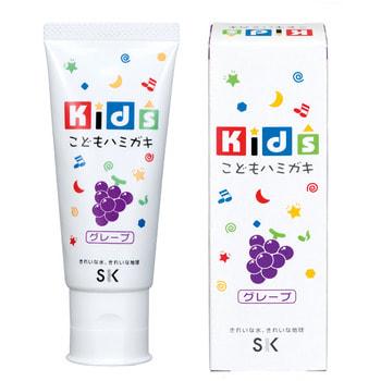SK Kids Детская зубная паста с ароматом винограда, 60 гр.Зубные пасты<br>С зубными пастами SK Kids Ваш малыш с удовольствием будет чистить зубки каждый день! И Вам не придется больше заставлять и напоминать ребенку об этой необходимости. Ведь яркие фруктовые вкусы и ароматы так понравятся малышу! А безопасный состав пасты порадует заботливых родителей, в пасте не содержится ПАВ, сахарина и консервантов, что гарантирует полную безопасность, даже если ребенок увлекся и проглотил немного. Паста мягко очищает нежные зубки, оказывает профилактику кариеса, увлажняет и защищает десна, освежает дыхание.<br>