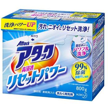 KAO New Антибактериальный cтиральный порошок для белого и цветного белья Attack All In, 900 гр.Стиральные порошки<br>Антибактериальный cтиральный порошок для белых, цветных и тёмных тканей.  0,9 кг. = 23 стирки = 3,5 кг. обычного порошка. Attack является уже 17 лет безусловным лидеров на Японском рынке!  Применяется для стирки изделий из хлопка, льна и синтетических волокон.  Компоненты кондиционера, входящие в состав порошка, делают бельё мягким и нежным на ощупь, а также легко впитывающим влагу.  Натуральный смягчитель жесткости воды способствует тому, что краски на вещах не линяют и минеральные остатки в тканях не остаются.  Кислородный отбеливатель удаляет трудновыводимые пятна без изменения структуры ткани и цвета .  Подходит для сушки белья в помещении, так как порошок предотвращает появление запаха полусухого (затхлого) белья, эффект сухой комнаты.  Порошок подходит для стирки в стиральных машинах любого типа и ручной стирки в воде любой жесткости.    <br> Норма применения: для выведения сильных пятен рекомендуется замачивание: развести 25 гр. средства в 5 л. теплой воды (30~40) и оставить на 30-60 минут, затем постирать белье.  <br>             1                            2 <br>  <br> *** 1 - объём воды и вес вещей для стирки. <br> *** 2 - количество порошка. <br> Состав: ПАВ (22%, линейная алкилбензосульфокислота натрия, полиокси-этиленалкиловый эфир, натрия жирные кислоты, алкил сульфат натрия), смяг-читель (бентонит, алюмосиликат), щёлочь (карбонат, силикат), сульфат, полиак-рилат, хлористый натрий, вода, полиэтиленгликоль, отдушка, флуоресцентный усилитель белизны, бензол-сульфокислота, фермент, краситель. <br> <br>