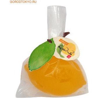 MASTER SOAP Косметическое туалетное мыло Лимон, 85 гр.Туалетное кусковое мыло<br>Твёрдое прозрачное косметическое мыло прекрасно очищает кожу. Мыльная основа содержит только натуральные растительные компоненты.  За счет входящих в состав увлажняющих компонентов (пальмовое масло, яблочный экстракт, маточное молочко пчёл) предотвращает сухость и шелушение, великолепно смягчает кожу, делая ее гладкой и здоровой.  Обладает свежим ароматом цитрусовых фруктов. <br> Состав: калийная мыльная основа, вода, глицерин, сорбитол, пальмовая жирная кислота, пальмоядровая жирная кислота, хлорид натрия, EDTA-4Na, этидронат 4Na, экстракт яблока, BG, маточное молочко пчёл, этанол, экстракт черники, тростниковый экстракт, сок клена сахарного, красители.<br>