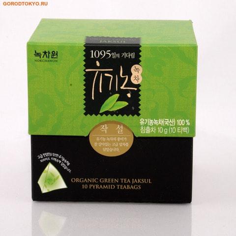 NOKCHAWON Органический зелёный чай JAKSUL, 10 гр. (10х1 гр.). Чай третьего сбора.Чай и Кофе<br>Jaksul (ЧакСоль) ; чай третьего сбора, который собирают через 1-2 месяца после второго сбора. Зеленый чай органик, выращенный в Корее на экологически чистых землях: без ГМО; без пестицидов; без вредных химических удобрений; без радиоактивных веществ. Собирается вручную и подвергается минимальной ферментации.  Чай подвергается строгому отбору и проходит сертификацию во всех государственных органах. Чистый вкус и потрясающий аромат чая помогает укрепить иммунную систему и способствует быстрому обмену веществ, стимулирует окисление жиров и ускоряет метаболизм на 4%, выводит шлаки и соли тяжелых металлов.  Кроме этого зеленый чай не имеет калории, мягко подавляет аппетит и помогает снизить лишний вес. С чашкой чая легче переносить стрессы и меньше уставать!  Зеленый чай считается лекарством от ста болезней.   Польза этого восточного напитка ; в его чудесном составе: <br><br>Алкалоиды. Главный алкалоид ; кофеин, благодаря которому мы чувствуем прилив сил и бодрости.  Важно, что в зеленом чае кофеин присутствует в связанном виде, и называется теин.  Чай активизирует физическую и умственную деятельность, повышает работоспособность, но действует мягче, чем чистый кофеин.<br>Минералы и витамины. Зеленый чай содержит 4-7% микро- и макроэлементов, таких как фтор, медь, марганец, цинк и другие, витамины группы В, С, К и РР.  Они необходимы для профилактики заболеваний, снижении уровня холестерина, диабета и даже рака.<br>Полифенолы. Катехины ; отличный антиоксидант, группы родственных компонентов полифенолов, которые важны для профилактики сердечно-сосудистых и онкологических заболеваний.<br><br>Состав: 100% органический зеленый чай.  Nokchawon Co. Ltd. ; это лидирующая компания на рынке Кореи и стран Азии по производству зеленого чая органик и других экологически чистых продуктов. Компания Nokchawon Co. Ltd. была основана в 1992 для развития и повышения уровня чайной культуры в Корее