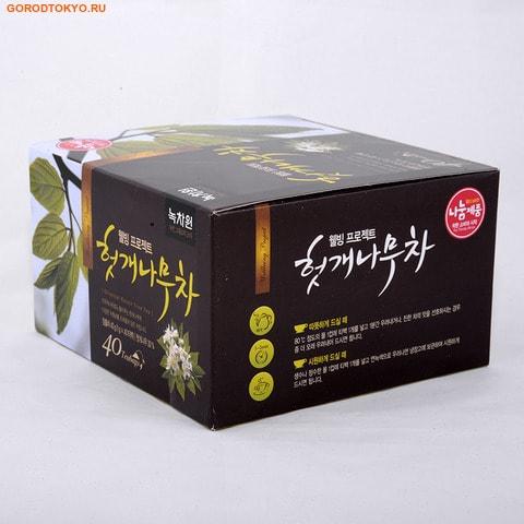 NOKCHAWON Восточный чай с листьями конфетного дерева, 40 гр. (40х1 гр.).Напитки против простуды + общеукрепляющие<br>Чай из конфетного дерева содержит алкалоиды берберин (понижают тонус желчного пузыря, что способствует лучшему оттоку), бербамин, оксиконтин (обезболивающие) и т.д. применяют при заболеваниях: холецистит, хронический гепатит, при желчнокаменной болезни как желчегонное средство.  Благодаря этим свойствам чай активно защищает клетки печени, особенно при вирусе гепатита, помогает при сахарном диабете. Научно доказано, что напиток из листьев барбариса препятствует повреждению клеток печени после принятия алкогольных напитков и помогает быстрее оправиться после принятия алкоголя, т.е. имеет антипохмельный эффект. Не является БАДом, не содержит ГМО.  Масса нетто: 40 гр/, 40 х 1 гр. в пакетиках с ярлычком.  Состав: зеленый чай, листья барбариса, кукуруза, купена.  Nokchawon Co. Ltd. ; это лидирующая компания на рынке Кореи и стран Азии по производству зеленого чая органик и других экологически чистых продуктов. Компания Nokchawon Co. Ltd. была основана в 1992 для развития и повышения уровня чайной культуры в Корее. Компания Nokchawon Сo.Ltd. - пионер в производстве чая в Корее и уже 22 года лидер по продажам и экспорте. Слово Nokcha переводится как зеленый чай и символизирует саму природу. Объединение слов зеленый чай (Nokcha) и первый(One), означает, что компания стремится производить только лучшее. Компания быстро расширила ассортимент, объединяя современные и традиционные чаи и продукты, изготовленные на заказ. Таким образом, Nokchawon предоставляет продукцию самого высокого качества, гарантированную надежность, конкурентные цены и разнообразные упаковочные материалы своим клиентам по всему миру.  Площадь Nokchawon - 60 гектаров.  Сертификаты:   Компания Nokchawon производит экологически чистый чай и владеет сертификатами MIFFAF Органик ; Министерство сельского и лесного хозяйства Республики Корея, которое отвечает за стандарты качества и сорта сельскохоз