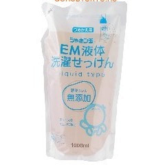 SHABON SHABONDAMA - ЕМ Натуральное жидкое мыло для стирки белья, 1 литр, сменная упаковка.Жидкие средства для стирки<br>Жидкое мыло подходит для стирки детского белья и одежды людей с чувствительным типом кожи. Благодаря новейшим технологиям особой варки натуральных жиров, средство превосходно отстирывает сильные загрязнения, смягчает ваше белье, а особые ЕМ-ферменты оказывают антибактериальный и дезодарирующий эффект.  Не содержит красителей и консервантов.  Подходит для стирки в автоматических машинах и машинах барабанного типа.  Содержит вещества препятствующие образованию накипи и смягчающие воду.  Состав: чистое мыло (30% алифат калия, алифат натрия), смягчитель воды, щелочной материал, перкарбонат.<br>