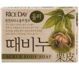 CJ LION Riceday Мыло туалетное с эффектом скраба Земляной орех, 100 г.Туалетное кусковое мыло<br>Туалетное скраб-мыло Rice Day Scrub Body Soap для всей семьи на основе земляного ореха.  Благодаря содержанию кожуры плодов земляного ореха, богатой танинами, эффективно отшелушивает кожу, вытяжка в которой содержатся различные витамины и органические кислоты, оказывает увлажняющее действие и дарит ощущение чистоты и мягкости.  Благодаря смягчающему действию АГК (альфа ; гидроксикислоты), получаемых из таких фруктов как виноград, апельсин, яблоко, лимон, лайм, происходит очищение кожи от загрязнений и ороговевших клеток, что дарит ощущение свежести и легкости.  Способ применения: легкими круговыми движениями снизу-вверх массировать тело скрабом, ополоснуться водой.  Не наносить на поврежденные участки кожи.  Состав: пальмовое масло, добавка пальмоядрового масла, мыльная основа, лесной земляной орех.<br>