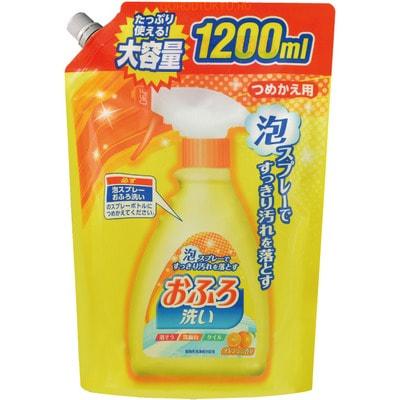 NIPPON DETERGENT Foam spray Bathing Wash Чистящая спрей-пена для ванны, сменная упаковка, 1200 мл.Для ванны<br>Чистящее средство обладает антибактериальным эффектом.  Используется для чистки ванн, раковин, кафеля, стен, пола в ванной комнате.  Удобная форма нанесения позволяет быстро распределить средство по всей поверхности.  Отлично смывает ржавчину, известковый налет, мыльный налет.  Препятствует повторному появлению налета.  Оставляет еле уловимый аромат апельсина.  Подходит для чистки акриловых ванн.  Средство безопасно для обработки поверхностей, непосредственно соприкасающихся с кожей человека, поскольку не содержит хлор.  Состав: поверхностно-активное вещество (4%, амида жирной кислоты пропиловый бетаин), хелатирующий агент, растворители, апельсиновое масло.<br>