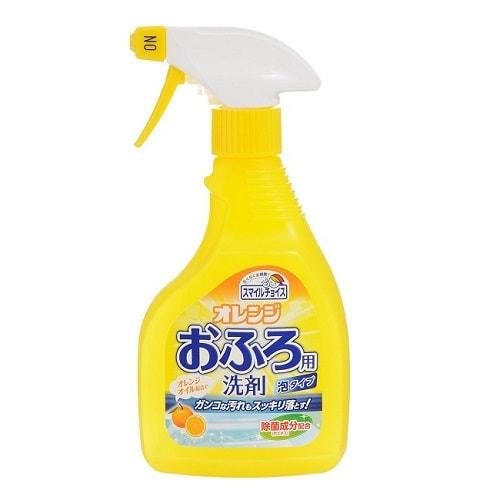 Mitsuei Спрей-пенка для удаления устойчивых загрязнений в ванной, с апельсиновым маслом, 400 мл.Для ванны<br>Средство для уборки в ванных комнатах Mitsuei эффективно удаляет любые стойкие загрязнения благодаря содержанию апельсинового масла.  Используется для мытья ванн, раковин и кафельной плитки. Отлично смывает налет, остающийся после горячей воды, жир и остатки мыла.  Очиститель подается в виде пены, что значительно уменьшает расход средства.  Обладает дезинфицирующим свойством.  После применения моющего средства остается освежающий аромат апельсина.   Способ применения: распылить средство на загрязненную поверхность, через несколько минут протереть губкой и тщательно смыть водой.  Состав: поверхностно-активное вещество (4% алкиламиноксид), хелатная добавка, стабилизаторы, растворитель.<br>
