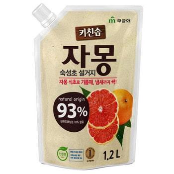 MUKUNGHWA Сочный грейпфрут Премиальное антибактериальное средство для мытья посуды, овощей и фруктоа в холодной воде, сменная упаковка, 1,2 л.Для мытья посуды<br>Средство отлично пенится и смывает жир даже в ХОЛОДНОЙ ВОДЕ за несколько секунд, имеет формулу БЫСТРОГО ОПОЛАСКИВАНИЯ с посуды.  В состав, помимо моющих компонентов, входит экстракт грейпфрута, который обладает антибактериальным и стериллизующим эффектом, а также хорошо увлажняет кожу рук. Подходит для мытья овощей и фруктов.  Не содержит искусственных красителей, консервантов, парабенов.  Имеет приятный аромат сочного грейпфрута.  Не оставляет навязчивого запаха на посуде.   Мягкая упаковка с крышкой. Объём 1,2 л.<br>