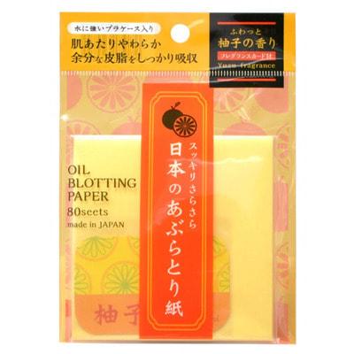 Ishihara «Oil Off Paper» Салфетки для снятия жирного блеска, с ароматом юдзу, 80 шт.МАТИРУЮЩИЕ САЛФЕТКИ<br>Салфетки из прочной бумаги превосходно удаляют излишки кожного жира, при этом не нарушая макияж. Специальная обработка бумаги обеспечивает мягкий контакт салфетки с кожей и точечное впитывание. Салфетки позволяют в любое время освежить макияж, убрать жирный блеск с лица. Стильная пластиковая упаковка удобна в использовании. Обладают легким ароматом юдзу, который создает специальная пластина, вложенная в упаковку.  Способ применения: возьмите одну салфетку, приложите, слегка прижмите к коже.<br>