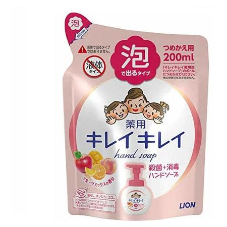 LION KireiKirei-Фруктовый микс Жидкое мыло-пенка для рук для детей и взрослых с антибактериальным эффектом, сменная упаковка, 200 мл.Жидкое мыло для рук<br>Жидкое мыло-пенка для рук для детей и взрослых с антибактериальным эффектом образует пышную и легкую пену. Антибактериальный компонент тщательно очищает и защищает кожу рук от микробов. Мелкозернистая пена захватывает загязнения из труднодоступных мест и без труда смывает их.  Пена быстро смывается и не оставляет ощущения скольских рук.  Моющая  основа  100%  растительного происхождения  подходит для чувствительной и нежной кожи. <br> Состав: тимол, метилфенол, PG, гидроксид калия, лаурик, миристин, стеорил, лаурил диметил бетаин, масло розмарина, этанол амин, ароматизаторы, полистироловая эмульсия, EDTA.<br>