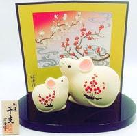 YAKUSHIGAMA Японский подарочный сувенир - Символ 2020 Года - Две Мышки Swarovsky с пожеланием Счастья. Размеры: 6,8х8,8х5,5 см. и 5х5,2х3,6 см.